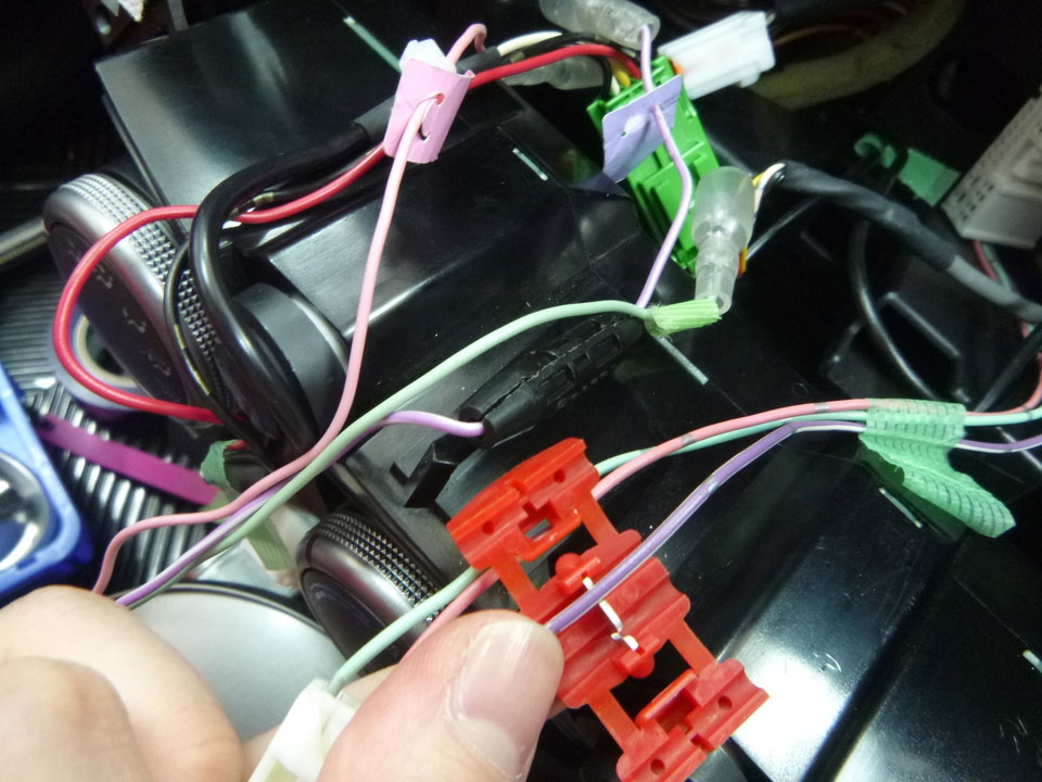 車両側配線コネクターのうち、車速信号(桃色)、パーキング信号(若草色)、リバース信号(紫色)コードとカーAV配線コネクターの車速信号(桃色)、パーキング 信号(若草色)、