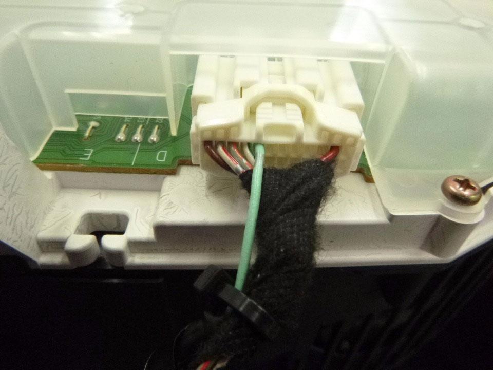 メーター裏コネクター(24P)、フック上・上の段左から5番目の配線にカーAV側車速信号線をエレクトロタップで接続します。