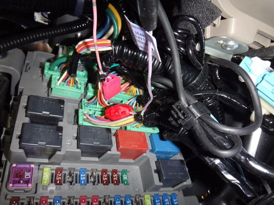 運転席足元のヒューズボックス内にあるコネクター(18P)の下段左から三番目(橙)にリバース信号用コード、コネクター(20P)上段右から3番目(空)に 車速信号用コードを