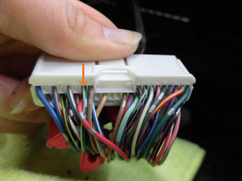 メーター裏のコネクター40Pの写真上段左から7番目(緑/白コード)にカーAV側のリバース信号用コードをエレクトロタップで接続します。